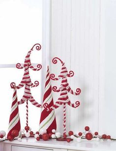 Cute ideas at this site  http://www.trendytree.com/image-gallery/centerpieces-and-windows