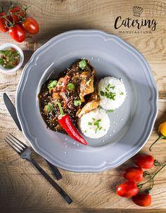 Wieprzowina w sosie z czarnego pieprzu na sposób azjatycki z ryżem jaśminowym ze szczypiorem i sezamem.