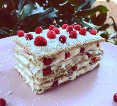 Ingredienti per 1 porzione: 5 fette wasa integrali latte q.b. 150g yogurt greco alla vaniglia 125g yogurt al cocco fragoline di bosco cocco disidratato q.b