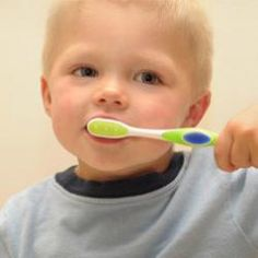 A los dos años es una buena edad para que los niños comiencen a cuidarse los dientes. Sólo es necesario un cepillo de dientes del tamaño adecuado. En #HacerseGrande te contamos todos los consejos para la higiene bucal de tu hijo.