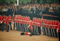 Les gardes irlandais restent impassible après l'évanouissement de l'un d'entre eux (Juin 1966)