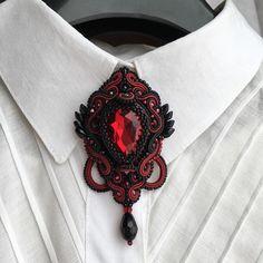Ещё один вариант цвета Такой брошкой можно украсить ворот блузы, лацкан жакета или пальто, вечернее или деловое платье, дело Ваше! В любом случае такая яркая, но небольшая деталь, добавит изысканности вашему комплекту. Продана. Доступна под заказ. Размер 7*4 см. Стоимость 3400. Варианты цвета: бордо( как на фотографии), изумруд, ярко-синий, тёплый зелёный. Дополнительная информация ➡️ в direct. #MACHERRR #masha_macherrr #jewelry #jewellery #jewelrydesign #jewelrydesigner #bijoux #bijout