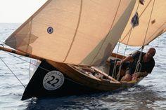 Luca Ciomei al timone del gozzo a vela latina U Can Neigru