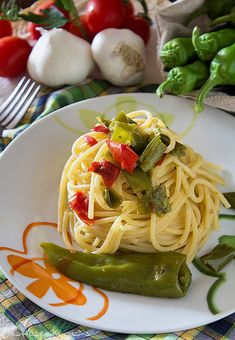 Pasta con friggitelli e pomodorini http://blog.giallozafferano.it/graficareincucina/pasta-friggitelli-pomodorini/