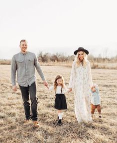 Aug 2019 - Family Photo Outfits, Family Photo Outfits Ideas, Family Photo Outfit inspiration family photography ideas and inspiration