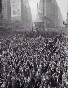 Miles de personas en Times Square celebrando el fin de la Segunda Guerra Mundial. 07 de mayo de 1945. pic.twitter.com/J1RZAnNM73