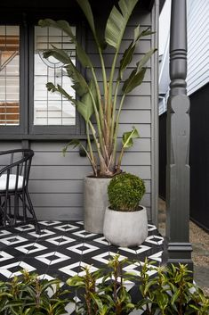 Solutions To Grey Exterior House Colors 91 - sitihome Café Exterior, House Paint Exterior, Exterior House Colors, Exterior Design, Modern Exterior, Cottage Exterior, Porch Tile, Porch Flooring, House With Porch