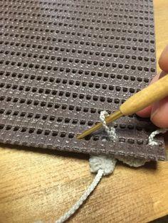 100均の材料だけで、とっても簡単にふわふわポコポコの可愛いマットが作れます! facebookのグループ「編み物がすき。」で、鬼頭敦子さんに教えて頂き、掲載も許可して頂きました! 太っ腹鬼頭さんに感謝です! かぎ針を使いますが編み物が出来ない人でも大丈夫! そして、このマットの名前が付きました! 「キトーズぽこぽこマット」です♡ facebook「編み物が好き。」の小笠原さん命名でございますよ♡ ぜひ作ってみて下さい♡ Crochet Accessories, Plastic Canvas, Handicraft, Hand Weaving, Crochet Patterns, Diy Projects, Knitting, Handmade, Crafts