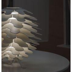Lampe à poser MINI LIBERA - Lucente Mini Libera est une lampe à poser conçu par le designer Brian Rasmussen pour Lucente. Ce luminaire design est réalisé avec des feuilles d'aluminium blanc mat de différentes dimensions superposées autour d'un cylindre lumineux en verre soufflé qui abrite en son centre la source lumineuse et diffuse la lumière dans un magnifique jeu d'ombres et de clair-obscur. Cette conception donne à ce luminaire une impression de mouvement perpétuel à l'image d'une vague.