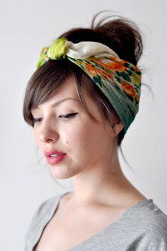 Deze hairdo is perfect voor het moment dat je van het strand of uit het zwembad komt. Bind je haar samen in een knot of staart, voeg een schattig sjaaltje toe als haarband en in 5 simpele stappen zie je eruit om door een ringetje te halen.1. Vouw de hoeken van de sjaal naar elkaar toe om een dri