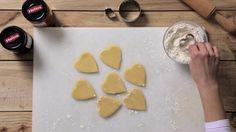 Con uno más pequeño, cortamos el centro dela mitad de las galletas.
