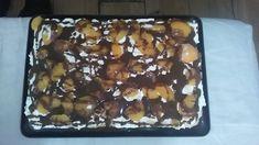 Nasledujúci recept je jednoduchý a pripravíte ho bez pečenia. Ak máte radi banány, neváhajte a skúste. :-)Potrebujeme:2 bal.vanilkový puding bez varenia700 ml studeného mlieka300 ml smotany na šľahanieStužovač do šľahačkyMaslové sušienkyBanány prekrojené na poloviceVanilkuNa polevu:200 … Baking Cakes, Banana Split, No Bake Cake, Desserts, Food, Tailgate Desserts, Deserts, Essen, Postres