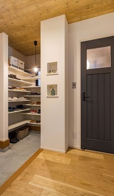 特徴的なファサードを持つ 好みを集めた家 施工実績 愛知・名古屋の注文住宅はクラシスホーム Pastel Interior, Wood Wallpaper, Small Places, Wood Ceilings, My Room, Facade, Entrance, Garage Doors, Interior Design