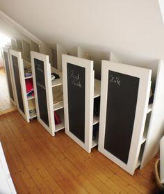 Die Container sind genau an die Schräge angepasst, jeder kann einzeln ausgezogen und bestückt werden. Wenn die Container geschlossen sind, ist der Raum nicht überfüllt, bietet aber sehr viel Stauraum.