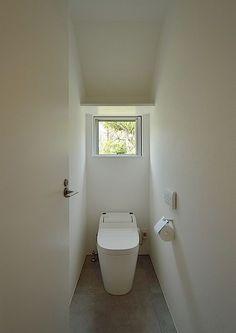 COLLAGE HOUSEデザイン住宅・間取り(東京都小金井市)  ローコスト・低価格住宅 狭小住宅・コンパクトハウス   注文住宅なら建築設計事務所 フリーダムアーキテクツデザイン Bathroom Toilets, Laundry In Bathroom, Washroom, Small Bathroom, Understairs Toilet, Japanese Bathroom, Guest Toilet, Toilet Room, Natural Interior