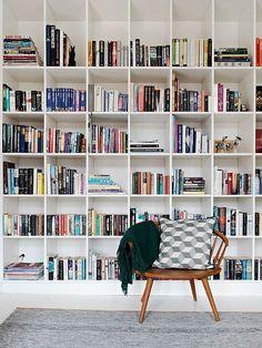 Tænk hvis min bogreol bare var så fin her – billedet er fundet via Pinterest Sidste år fik vores kontor en ordentlig overhæling, væggene bliv hvide, der blev købt ny sovesofa, skrivebord og s…