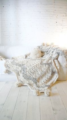 Knitted thick wool blanket with POMPOMS por lacasadecoto en Etsy
