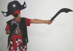 Carnaval, época de tanta diversão e alegria! Tempo de abusar da criatividade e fazer a própria fantasia, mesmo de última hora, com materiais simples. Aprenda como fazer uma fantasia de pirata, sem costura, a seguir. Essa ideia de fantasia pode...