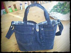 Marieke van de blog sew Natural had een gratis patroon van een tas op haar blog. Deze vind je HIER . Dat patroon heb ik gebruikt als bas...