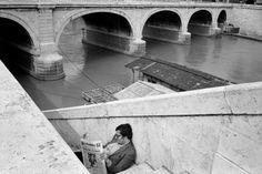 Richard Kalvar -  Reading along the Tiber. Rome. Italy (1984)
