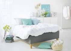 Så fint vill man ha ett sovrum! Family Plus ramsäng i färg Dimma | Hilding.nu