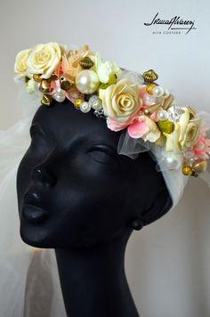 Los tocados de la próxima temporada estarán cargados de color, flores y perlas. Para novias muy románticas.