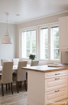 Esittelyssä: Syksy Sievitalon Pihlajassa Rustic Kitchen, Kitchen Island, Homes, Furniture, Home Decor, Island Kitchen, Kitchen Rustic, Houses, Decoration Home