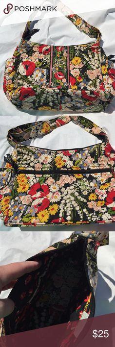 Bag Vera Bradley Zipper on back. Pockets on sides. 3 pockets inside. Bags
