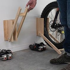 So easy and quick to make this bicycle storage rack by build something is ideal . - So easy and quick to make this bicycle storage rack by build something is ideal This bike stand can - Diy Storage Building, Garden Tool Storage, Built In Storage, Bicycle Storage Rack, Bike Rack, Woodworking Guide, Woodworking Projects Plans, Japanese Woodworking, Range Velo