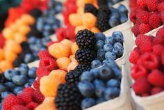 Comer sano Al final del día, usted es lo que come. El saludable de comer, el mejor de su piel se va a ver. Para las ojeras, se necesita una buena dosis de vitamina C, vitamina E, vitamina K de hierro y ácido fólico. Así que atiborran de frutos cítricos, bayas, verduras de hoja verde, frutos secos, cereales integrales, aguacate, pescados y mariscos, carne de res, queso, té verde, etc y acabar con los alimentos procesados y grasosos.