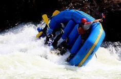 Nah, kalau ini lebih parah lagi sampai perahu terbalik kayak gitu. duh... via http://www.lagipergi.com