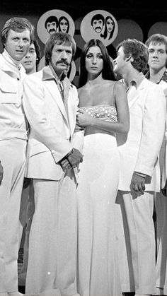 cher Sonny and Cher and actor Edd Byrnes on the set of quot;The Sonny And Cher Comedy Hourquot; 70s Fashion, Girl Fashion, Vintage Fashion, 1970s Looks, The Cher Show, Cher Photos, Cher Bono, Vogue Magazine, Celebs