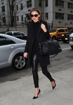 Look total black con pantaloni di pelle strettissimi e pumps