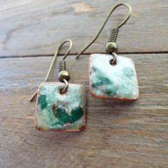 Petites boucles d'oreilles carrées  -  émaux sur cuivre vert, ivoire