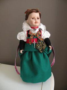 muñeca con traje del valle de hecho (huesca)  tela de hilo y paño manual Aragon, Spain, Costumes, Disney Princess, Disney Characters, Fashion, Folklore, Tela, Ethnic Dress