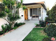 Lovely and large 1, 809 sqft home with 3 bedrooms and 2 bathrooms in a great Hawthorne location.