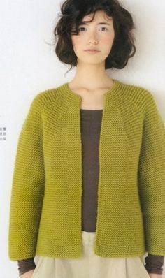 Жакеты Простой по форме жакет, связан спицами платочной вязкой, из пряжи насыщенного оливкового цвета. Жакет не имеет воротника и застежки. Он очень лаконичен в своей строгости.