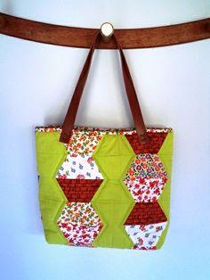 Bolsa Exógono  em patchwork ,estruturada, fechamento com zíper ,bolso interno,tecido 100% algodão.