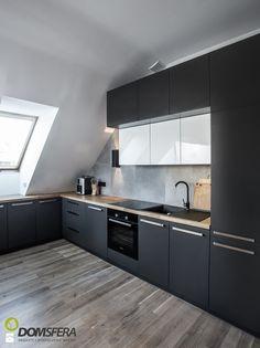 Gruntowny remont mieszkania na poddaszu - Średnia kuchnia w kształcie litery l…