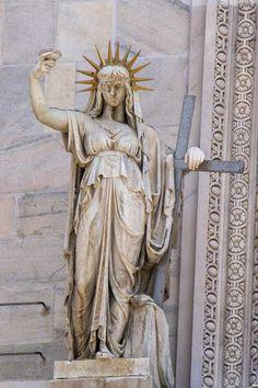 Czy kiedykolwiek stając przodem do katedry i zadzierając głowę do góry ponad główne wejście, udało się Wam zwrócić uwagę na balkon znajdujący się nad wejściem? I czy zauważyliście, co znajduje się na nim po lewej stronie? No właśnie - przypomina, i to bardzo, nowojorską Statuę Wolności! I jeśli zastanowimy się nad faktem, iż posąg ten powstał w 1810 roku, podczas gdy prace nad tą nowojorską rozpoczęły się dopiero w 1876, można by pomyśleć, że Bertholdi wzorował się na mediolańskim posągu... Greek, Statue, Art, Art Background, Kunst, Performing Arts, Greece, Sculptures, Sculpture