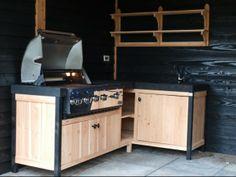 WOOD4 ontwierp deze buitenkeuken in hoekopstelling. Gebouwd in larikshout en een werkblad en spoelbak van beton. De luxe Boretti barbecue past geweldig bij dit ontwerp.