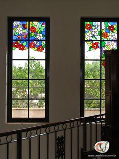 Detalhes de flores em vitral na janela