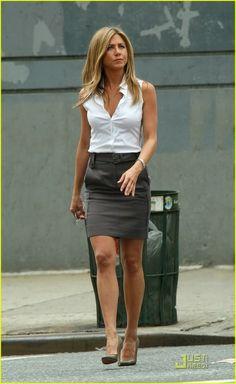 Celebrity Style - Jennifer Aniston Style - Her Ageless Outfits Jennifer Aniston Style, Jenifer Aniston, Mode Outfits, Fashion Outfits, Fashion Clothes, Office Outfits, Skirt Outfits, Casual Outfits, Look Formal