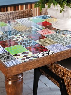 Looks like scrapbook paper covered tiles set into a wood table?  Whatever it is, I want it!!  Mosaico de azulejos decoram paredes e mesas - Casa