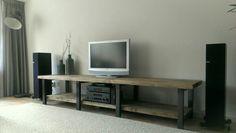 Stoer tv-meubel van staal en oude balken van CustomThijs