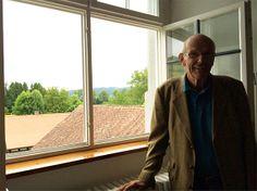 Vergangene Woche besuchte uns Nico Cetto, der von 1949 - 1955 Schüler in Salem war. In seinem alten Schlafraum im Langbau in Salem mit Blick ins Salemer Tal berichtete er mit viel Humor von seinem Leben und Lernen im Vierbettzimmer. Schlaflose Nächte verursachten damals die rauschende Aach über die Staumauer und der ein oder andere ungeliebte vierbeinige Mitbewohner. Weitere Anekdoten wird Herr Cetto in 1 Jahr beim ASV-Pfingsttreffen erzählen - wir freuen uns schon auf seinen nächsten…