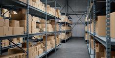 """Roboter schieben in einer Lagerhalle Kisten intelligent von A nach B – und kommen dabei einander nicht in die Quere. Was wie ein sehr einfaches Beispiel klingt, wird erst durch neue Werkzeuge möglich, die im EU-Horizon2020-Projekt CPSwarm entwickelt wurden. Das Projekt ist derzeit in der Abschlussphase und der """"Werkzeugkasten"""" steht für alle Entwickler*innen online frei zur Verfügung. Home Decor, Warehouses, Tool Box, Simple Machines, Crates, Robot, Tools, Psychics, Decoration Home"""