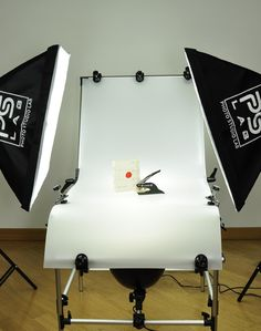 Complete product photography studio: 1 shooting table, 2 easy softboxes 60 cm, 2 light stands cm, 8 daylight bulbs and 2 Spotlights. Mini Photo Studio, Tabletop Photography, Shooting Table, Objects