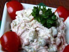 Salám a okurky nakrájíme na nudličky, cibuli nakrájíme nadrobno, přidáme hrášek, majonézu a promícháme.Podle potřeby dochutíme solí, pepřem,...