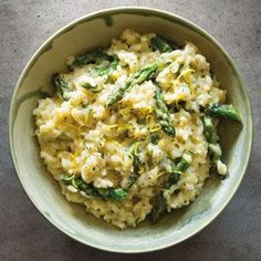 Foodie Friday: Creamy lemon risotto with asparagus. Theres lot of fresh Australian asparagus around at the moment so why not make the most of it in this delicious creamy risotto from Williams Sonoma? Vegetarian Recipes, Cooking Recipes, Healthy Recipes, Skillet Recipes, Cooking Tools, Lemon Asparagus, Rice And Asparagus Recipe, Brunch, Asparagus